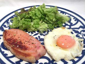 おすすめオリーブオイルで素敵な朝食レシピを。ハムソテーと目玉焼き