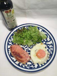 ハムソテーと目玉焼きで優雅な朝食を。おすすめのオリーブオイルでさらにおいしく素敵な朝。