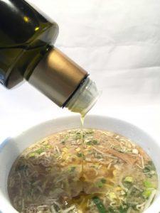 ご当地カップラーメンのおすすめの食べ方。エクストラバージンオリーブオイルをかけてみよう