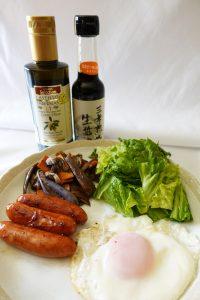 目玉焼き、ソーセージ、素敵な朝の朝食のワンシーン カスティージョ・デ・タベルナス オリーブオイル 酸度0.1